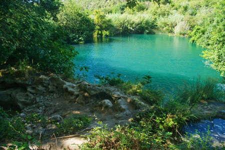 Piccolo lago di Plitvice, in Croazia, con la luce del sole e colori magici
