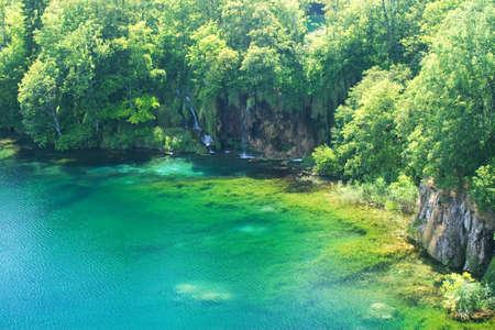 Plitvice (Croazia) sezione di lago e cascata e effetti di luce Archivio Fotografico