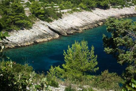 Tratto di costa rocciosa e mare cristallino in Korcula, Croazia Archivio Fotografico