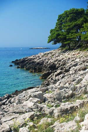 Magico paesaggio marino roccioso in Pritzba con i colori sognanti, Croazia Archivio Fotografico