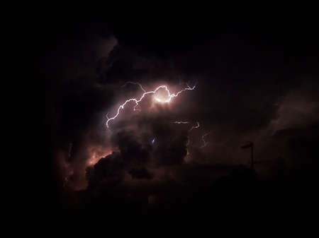 Fulmine nel cielo scuro e nuvoloso con colorshades viola Archivio Fotografico