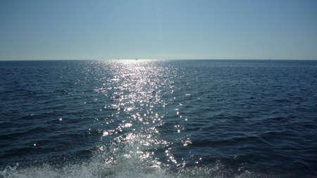 Riflessioni sole sulla Sardegna al mare con barca a vela