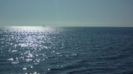 Riflessioni sole suggestivi sul mare in controluce