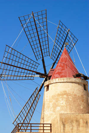 Top Mulino a vento con cielo blu vicino Ronchiglio, Italia