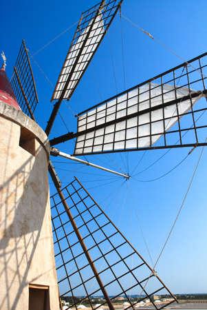 Top Mulino a vento con le ombre e cielo blu vicino Ronchiglio, Italia Archivio Fotografico
