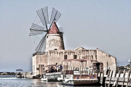 Vecchio Mulino a vento in acqua vicino Ronchiglio, Italia