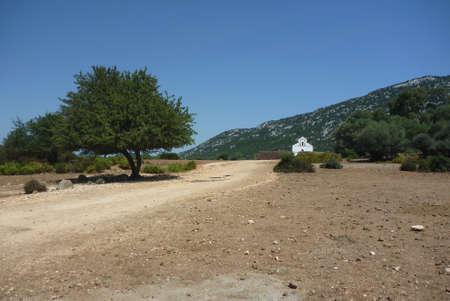 Chiesa di San Pietro in Golgo altopiano in Sardegna da lontano guarda