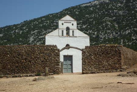 Chiesa di San Pietro con il muro di pietra close-up in Sardegna