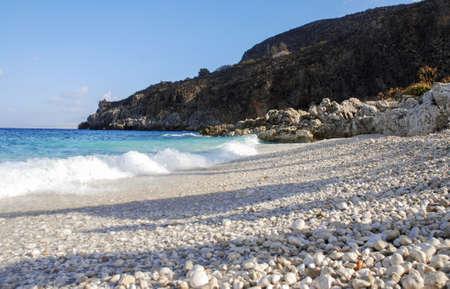 Spiaggia di ghiaia in Sicilia Italia con onda suggestiva