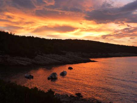 Hvar baia isola al tramonto con i colori brillanti Archivio Fotografico