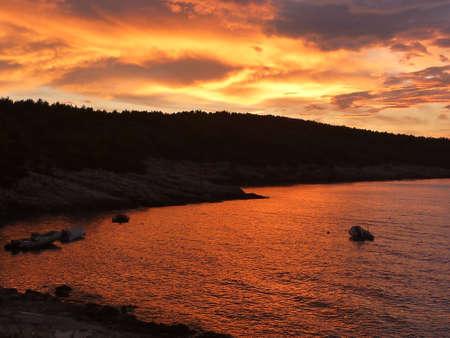 Hvar baia al tramonto con incredibili colori rosso