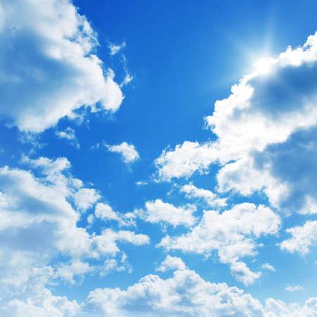 cielos abiertos: Cielo azul con nubes y sol. Foto de archivo