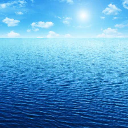 cielo y mar: Cielo azul, sol y mar.