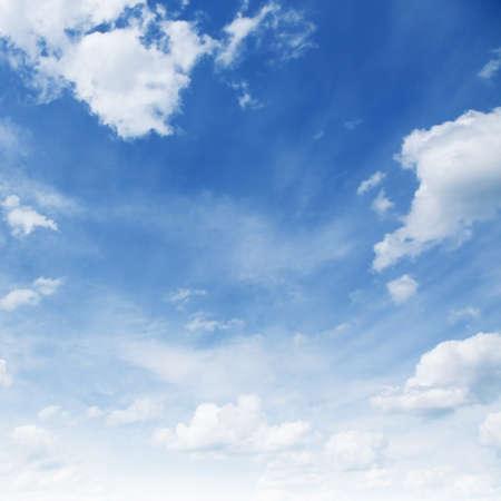 the sky clear: Cielo azul con nubes blancas. Foto de archivo