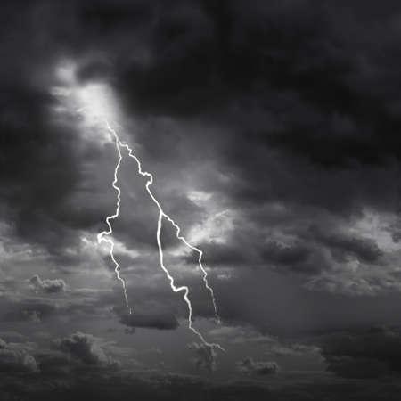 rayo electrico: Rayo huelga y oscuro cielo cambiante. Foto de archivo
