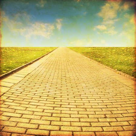 amarillo: Camino de piedra en el field.Grunge y estilo retro.