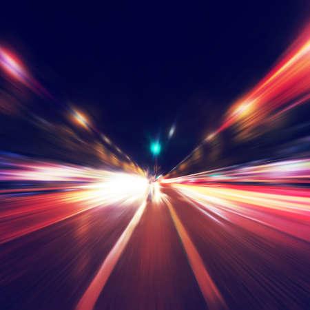 velocidad: Imagen abstracta de la noche el tráfico en la ciudad