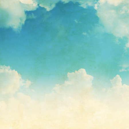 Ciel bleu avec des nuages ??blancs dans le style grunge. Banque d'images - 36510949