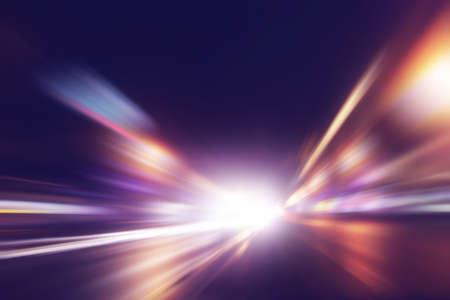 Imagem abstrata do movimento de velocidade na estrada à noite. Imagens