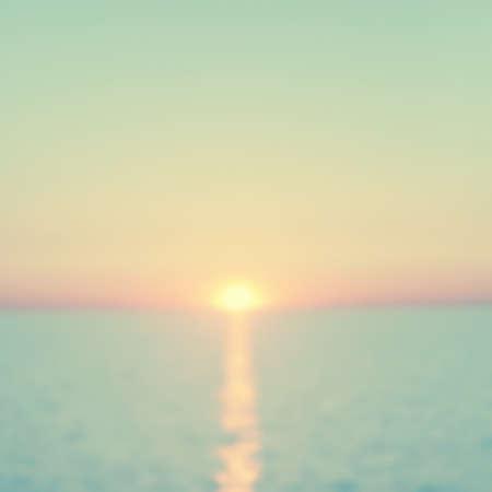 leuchtend: Zusammenfassung unscharfen Seestück bei Sonnenuntergang. Vintage-Stil.