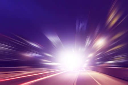 speed: Imagen abstracta de movimiento de velocidad en la carretera en la oscuridad.