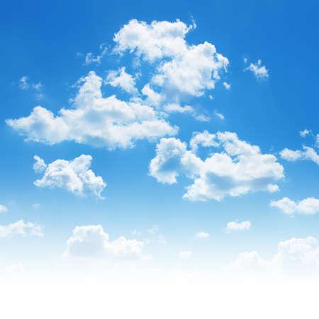 白い雲と青い空。