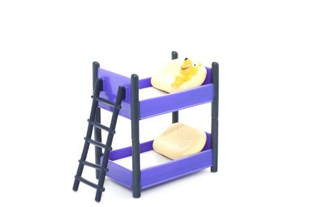Etagenbett Tube : Puppe etagenbett mit treppen und kissen auf weißem hintergrund