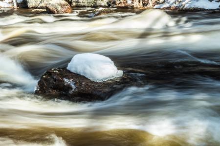 Long exposure photo. Rough river Jokelanjoki and stones in water, Kouvola, Finland. 版權商用圖片 - 121639429