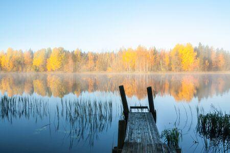 Beautiful autumn morning landscape of Kymijoki river waters and pier in fog. Finland, Kymenlaakso, Kouvola Standard-Bild