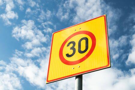 Señal de límite de velocidad finlandés 30 km h sobre fondo de cielo azul