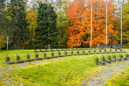 Loviisa, Finnland - 8. Oktober 2019: Reihe von Laternen auf den Gräbern der Kriegshelden auf dem Friedhof von Ruotsinpyhtaa