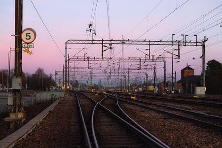 Cantiere ferroviario al bellissimo sfondo del tramonto a Kouvola, Finlandia.