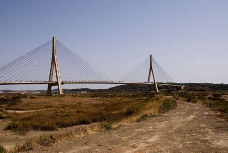 brige: Cnetro sobre el r�o Guadiana entre Espa�a y Portugal