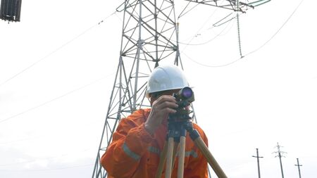 skilled surveyor works with dumpy level rotating knob Stockfoto
