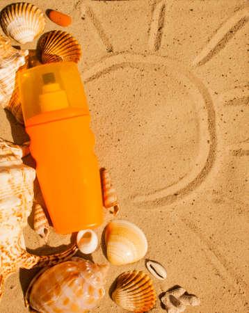 Tanner sur la plage de sable avec des coquillages. Summer background de temps.
