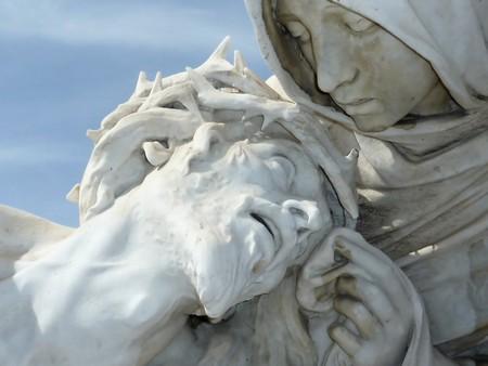 Close-up van een wit standbeeld van Jezus hoofd in de handen van virgin Marie, Marseille, Frankrijk  Stockfoto