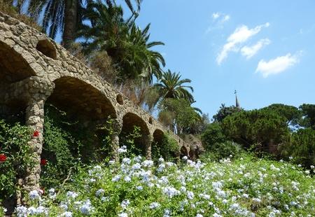 Colonnes, de fleurs et de palmiers au Parc Guell, Barcelone, Espagne. Banque d'images - 8566399