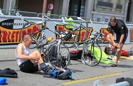 changing clothes: Ciclistas cambiarse de ropa para ir en bicicleta en el Triatl�n Internacional de 2011, Ginebra, Suiza