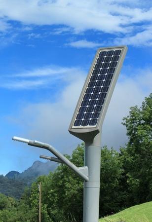 Straßenlaterne post mit Solarpanel Energie in den Bergen