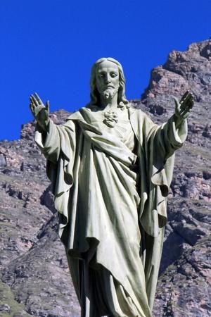 sacre coeur: Statue de J�sus a fait de pierre blanche en face d'un rocher � Bessans, France