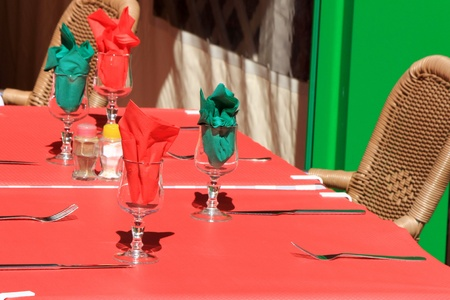 colord: Red and green colord for this outdoor restaurant table Stock Photo