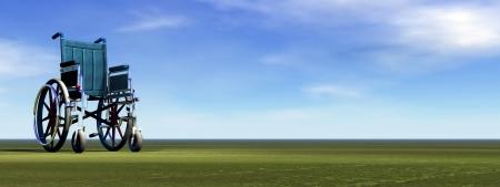 Fauteuil roulant vide, debout sur l'herbe verte par une belle journée Banque d'images