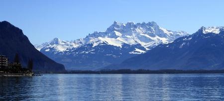 ジュネーブ湖、スイスのモントルーから山 Aravis に表示します。