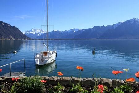 Weiße Segelboot auf dem Genfer See bei Montreux vor der Alpen Berg bei Frühlingstag, Schweiz