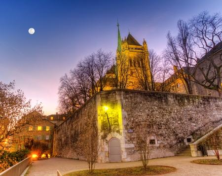 サンピエール大聖堂と夜、スイス連邦共和国、HDR ジュネーブの公園裏 写真素材