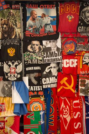 SAINT-PETERSBURG, RUSSIA. 11 JUNY 2016. Sale of t-shirts in the market. Redactioneel