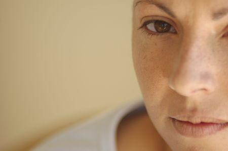 terapia psicologica: Intenso simplificado cerca de una grave mujeres se enfrentan con una suave pero solemne mirada.  Foto de archivo