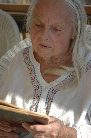 great grandmother: Gran Abuela con libros antiguos