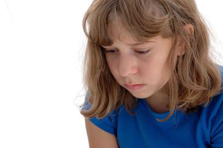 Neergeslagen 13 jaar oud meisje met een zeer tragische ogen gefotografeerd op wit. Stockfoto