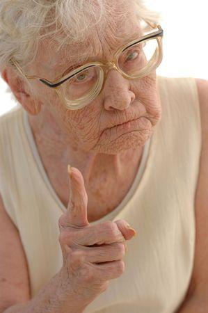 Stern vinger wijst Granny.